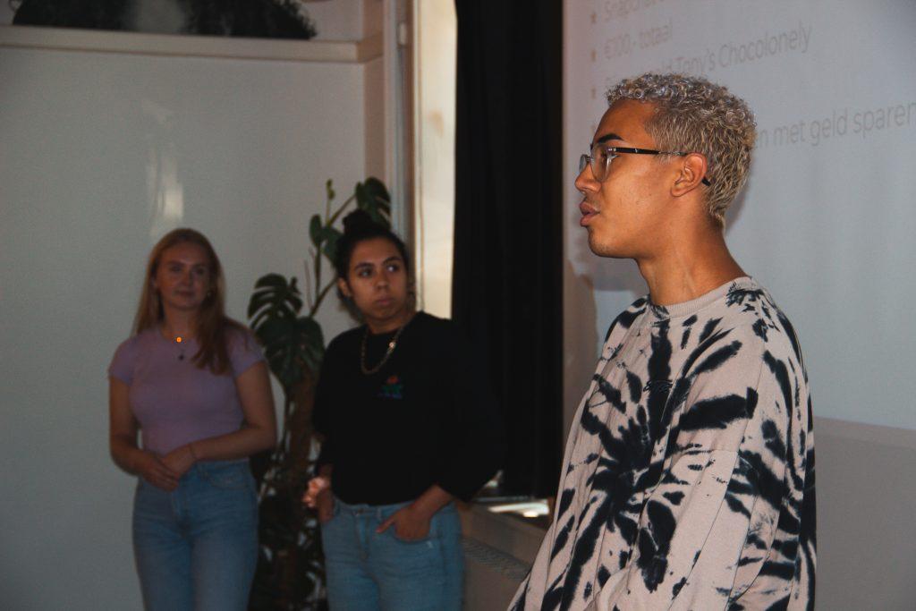 een Slimpact team pitcht 3 concepten aan de jury